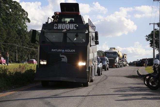 Caveirão do Batalhão de Choque escolta caminhões-tanque  em Araucária. | Marcelo Andrade/Gazeta do Povo