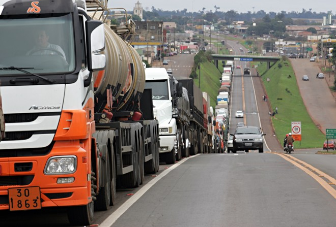 Protesto de caminhoneiros pelo aumento no valor do frete, em 2015, bloqueou 129 de rodovias em 14 estados do país. | Christian Rizzi/Arquivo Gazeta do Povo