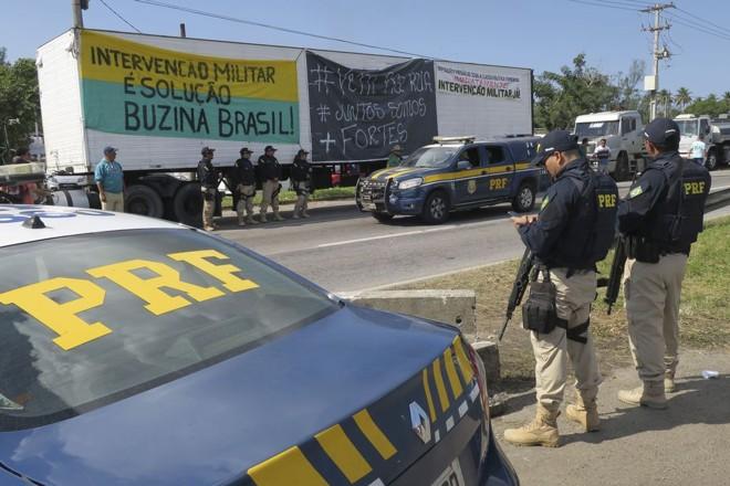 Pessoas infiltradas ao movimento grevista estariam resistindo ao fim da paralisação dos caminhoneiros. | Vladimir Platonow / Agência Brasil