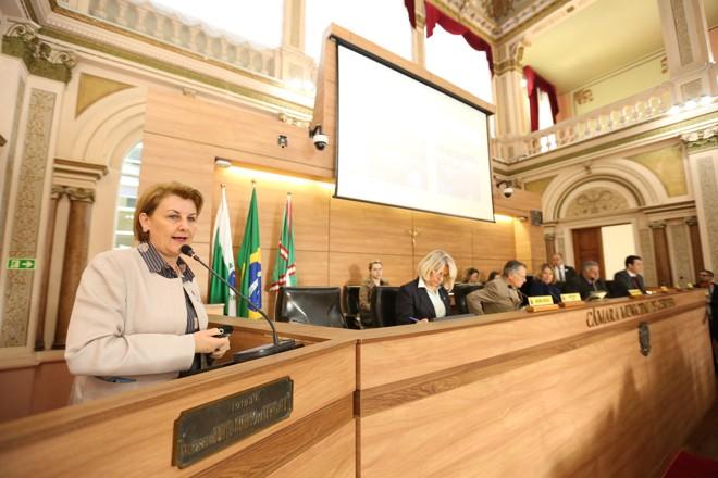 A secretária de Saúde, Márcia Huçulak, apresentou resultados em audiência pública na Câmara de Curitiba | Rodrigo Fonseca/Câmara de Curitiba/