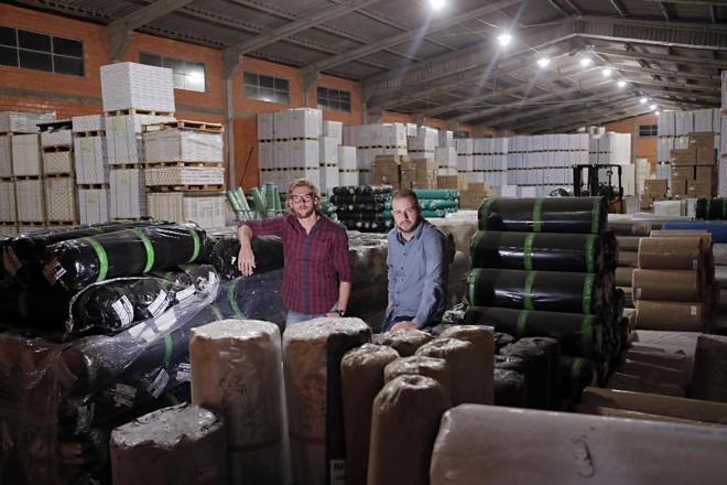 Marcelo Benetti e Julivan Arantes da Silva são amigos do tempo do colégio e sócios na Paperplast. | Albari Rosa Gazeta do Povo