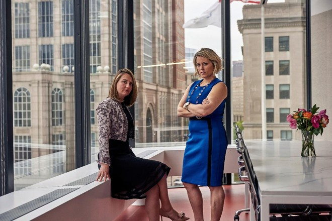 Ashley Paré (esquerda) e Danielle Lucido em Boston. Elas coordenam voluntariamente oficinas de negociação de salário para mulheres | TONY LUONGNYT