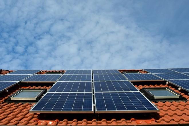 Placas fotovoltaicas em telhado de casa. | /Pixabay