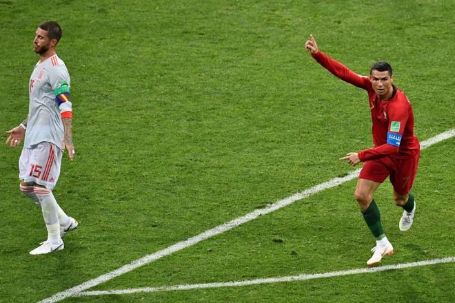 Cristiano Ronaldo comemora um de seus três gols no empate entre Portugal e Espanha   JONATHAN NACKSTRAND/AFP