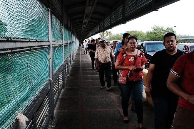 Pessoas cruzam a ponte que liga Brownsville, nos Estados Unidos, a Reynosa, no México   SPENCER PLATT/ AFP