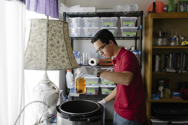 Keoni Gandall usa um equipamento em seu laboratório caseiro, em Palo Alto, Califórnia  