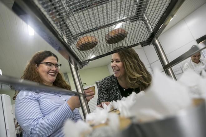 As irmãs Rafaela e Camila Camargo, sócias-proprietárias da Cookie Stories: negócio que começou na Copa de 2014 deve faturar R$ 1,5 milhão em  2018 com abertura da terceira loja. | Marcelo Andrade/Gazeta do Povo