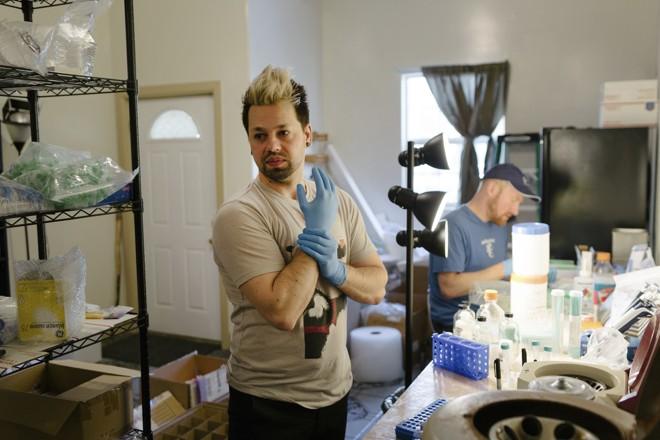 Josiah Zayner, biohacker e ex-cientista da NASA, prepara kits de engenharia genética para sua empresa de biotecnologia, The Odin, em Oakland, California  