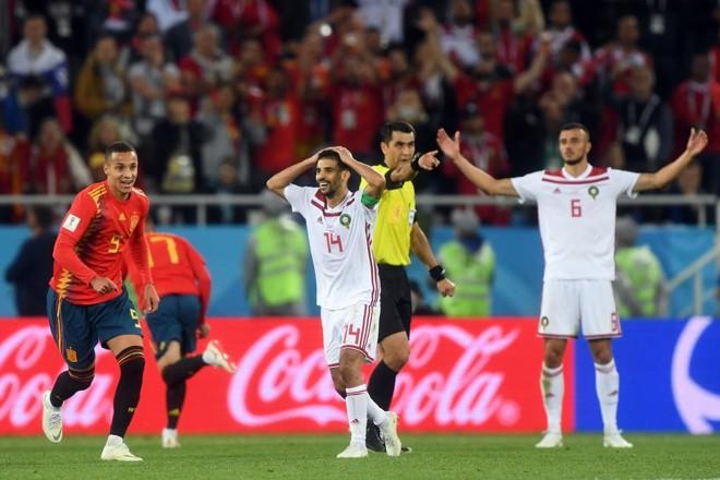 Rodrigo (9) e Aspas (17) da Espanha comemoram o empate nos acréscimos da partida com o Marrocos. | ATTILA KISBENEDEK/AFP