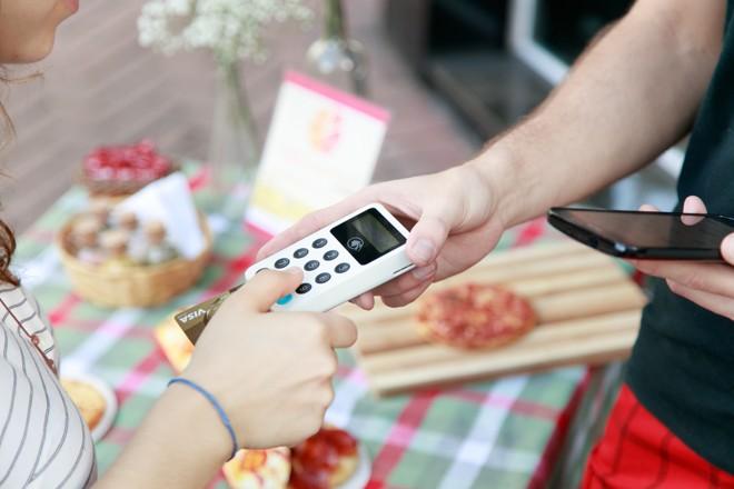 É preciso escolher não só entre as marcas, mas entre formatos: máquina com tudo ou maquininha para usar com o celular? | Divulgação iZettle/
