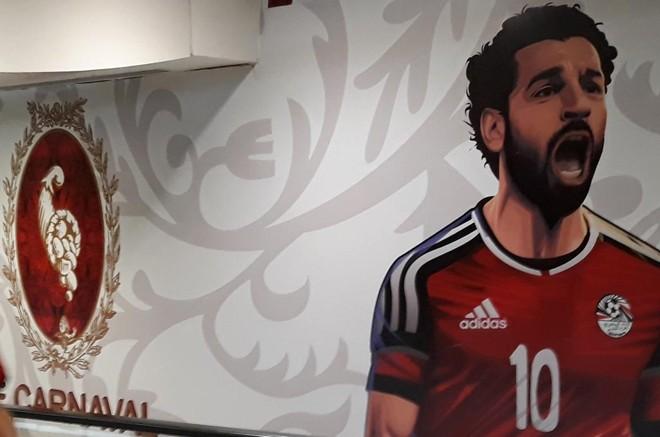 Poster de Salah no aeroporto de Cairo, no Egito   KHALED DESOUKI/AFP