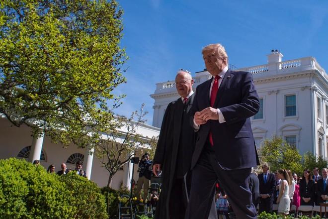 Anthony Kennedy e Donald Trump são fotografados na Casa Branca, no dia do anúncio da aposentadoria do juiz da Suprema Corte. | Jabin Botsford/The Washington Post