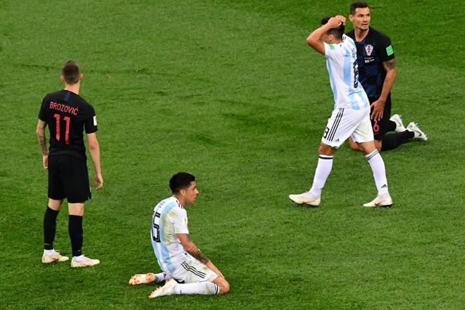 Atletas argentinos lamentam na derrota por 3 a 0 para a Croácia na Copa doMundo 2018 | MARTIN BERNETTI/AFP