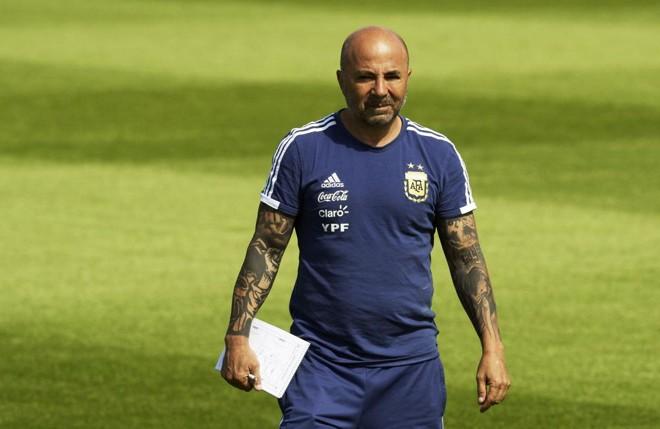 O técnico da Argentina, Jorge Sampaoli, não abriu mão dos direitos previstos em contrato e, por ora, segue no comando da seleção alviceleste. | JUAN MABROMATA/AFP