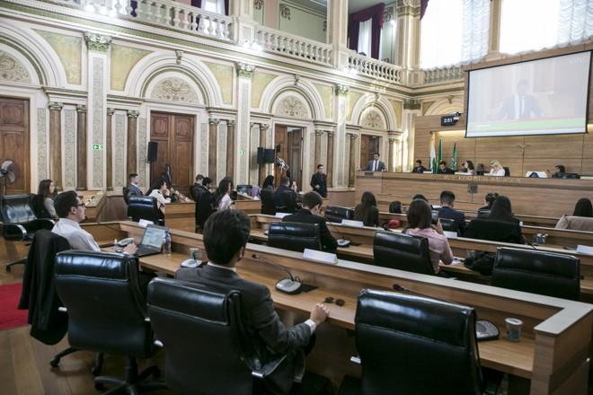 Estudantes apreciaram projetos  em uma sessão semelhante à realizada pelos vereadores da capital   Marcelo Andrade/Gazeta do Povo
