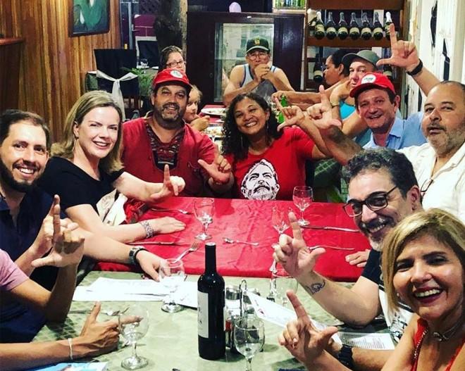 Gleisi (de camiseta preta) jantando no bairro operário Marianao, em Havana. | Reprodução/Instagram