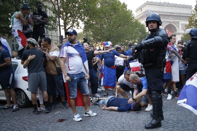 Torcedor ferido em comemoração em Paris. | CHARLY TRIBALLEAU/AFP