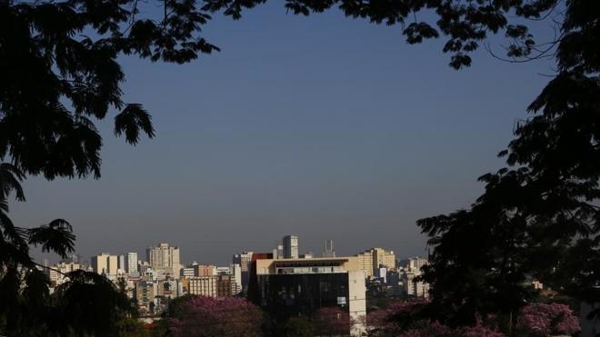 Com o tempo seco, quem olhar para o horizonte consegue enxergar a faixa de poluição   Aniele Nascimento/Gazeta do Povo