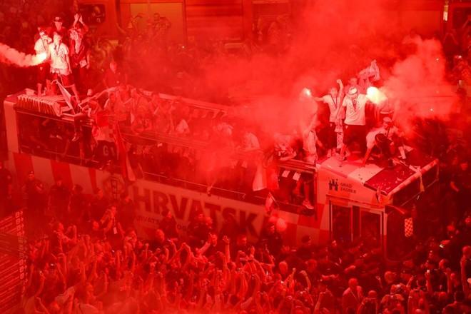 Jogadores da Croácia desfilam pelas ruas de Zagreb saudados por milhares de pessoas. | ANDREJ ISAKOVIC/AFP