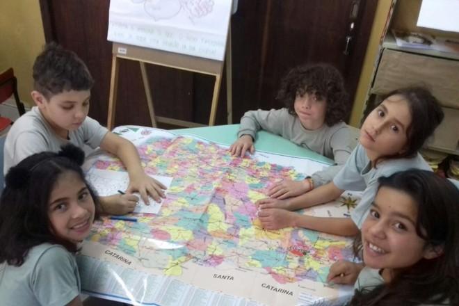 Dentre as atividades propostas os alunos trabalharam com os mapas do Estado e Município |