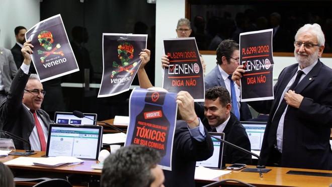 Protesto na Câmara contra aprovação de projeto que flexibiliza uso de agrotóxico, em 25 de junho. | Michel Jesus/Câmara dos Deputados
