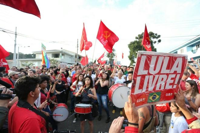 Manifestantes pró-Lula na frente da Superintendência da PF em Curitiba, neste domingo (8). | Albari Rosa/Gazeta do Povo