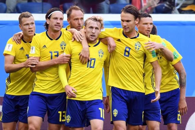 Forsberg é abraçado pelos companheiros após marcar o gol do jogo | PAUL ELLIS/AFP