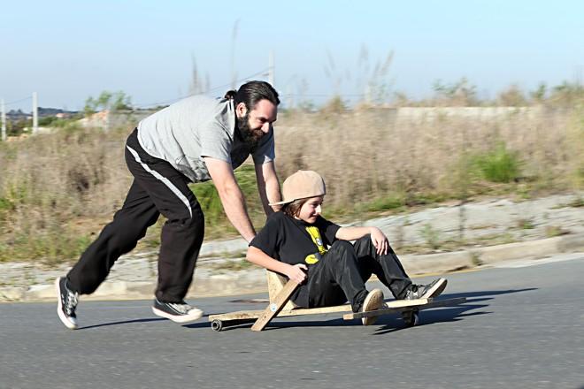 Ronaldo Kapriec e seu filho Giohn brincando com carrinho de rolimã nas ruas do bairro da Caximba   Albari Rosa/Gazeta do Povo