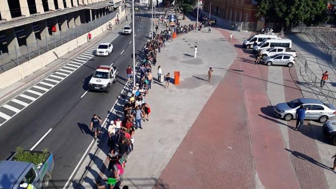 Milhares de pessoas fizeram fila para se candidatar para 5 mil vagas de emprego no Rio de Janeiro, em evento no Engenhão, em maio deste ano. Desemprego é um dos efeitos da recessão . | Vitor Abdala/Agência Brasil