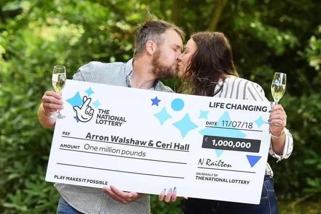 Os ganhadores do prêmio de 1 milhão de libras,Arron Walshaw e Ceri Hall | National Lottery/PA