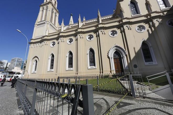 Instalação de grades na área externa da Catedral de Curitiba  que vai receber uma imagem de Nossa Senhora da Luz dos Pinhais. | Aniele Nascimento/Gazeta do Povo