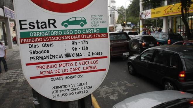 Com a mudança, todo o controle do estacionamento regulamentado da cidade será feito por aplicativo | Daniel Derevecki/Gazeta do Povo