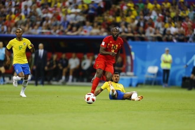 Lance do segundo gol da Bélgica. Fernandinho (camisa 17) não conseguiu  parar Lukaku. | jonathan Campos/Gazeta do Povo/