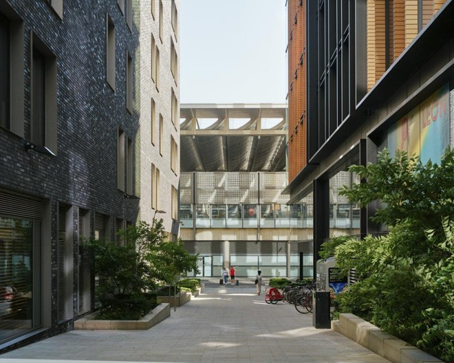 À esquerda, os escritórios do DeepMind; do outro lado, os do Google. | BEN QUINTON/NYT