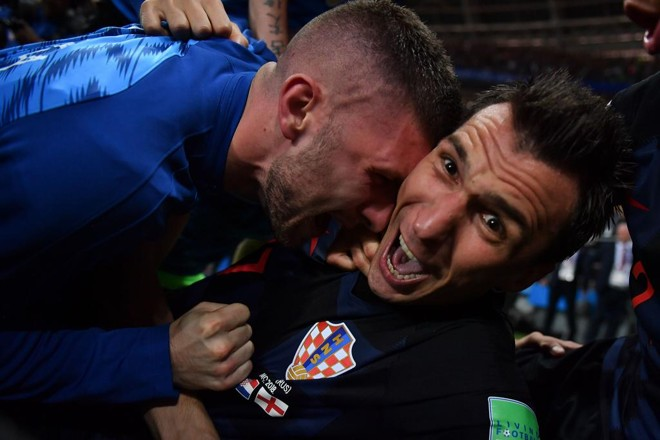 Mandzukic , autor do gol da inédita classificação da Croácia à final da Copa do Mundo, é clicado de pertinho pelo atropelado fotógrafo da AFP. | YURI CORTEZ/AFP