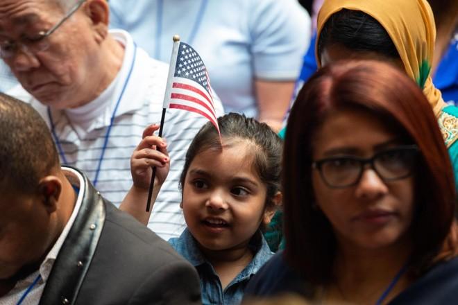 Serviços de Imigração e Cidadania dos EUA dão as boas-vindas a 200 novos cidadãos de 50 países durante uma cerimônia em homenagem ao Dia da Independência na Biblioteca Pública de Nova York em 3 de julho de 2018 | BRYAN R. SMITHAFP