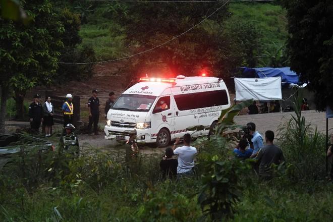 Uma ambulância deixa a área da caverna de Tham Luang depois que mergulhadores evacuaram alguns dos 12 meninos presos na caverna | LILLIAN SUWANRUMPHA AFP