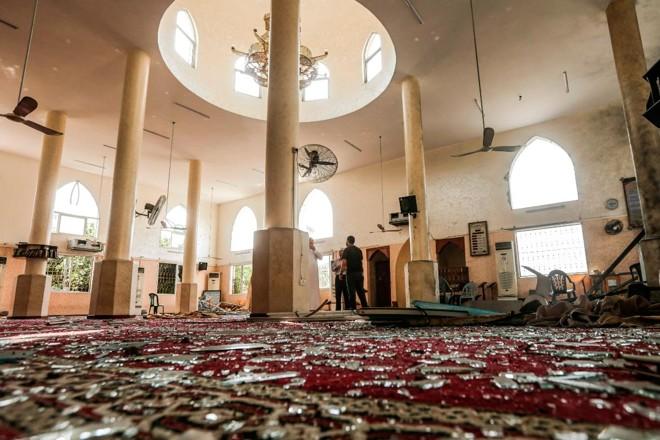 Palestino inspeciona danos a uma mesquita na Cidade de Gaza, atingida um ataque aéreo israelense no sábado | MAHMUD HAMS/AFP