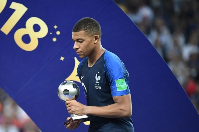 O atacante francês Kylian Mbappe posa com o prêmio FIFA Young Player   FRANCK FIFE/AFP