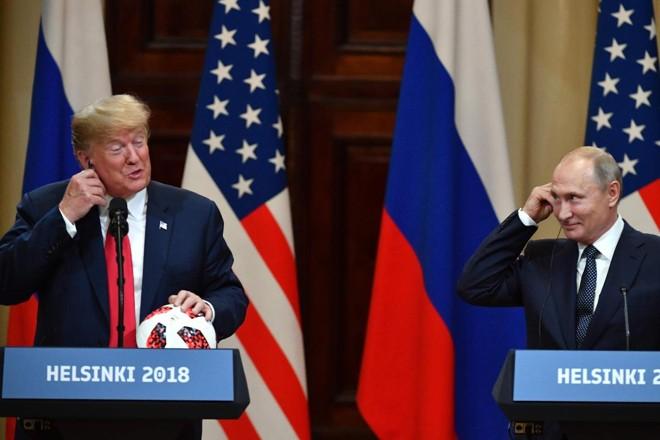 Presidentes Donald Trump, dos EUA, e Vladimir Putin, da Rússia, sorriem durante entrevista coletiva, após a cúpula de Helsinque | YURI KADOBNOV/AFP