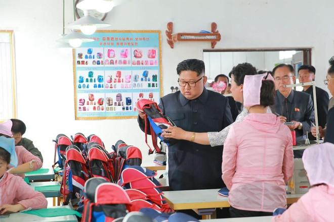 Esta imagem sem data, divulgada pela Agência Coreana Central de Notícias da Coréia do Norte em 17 de julho, mostra o ditador norte-coreano Kim Jong-un inspecionando uma fábrica  na província de North Hamgyong | KCNA VIA KNSAFP
