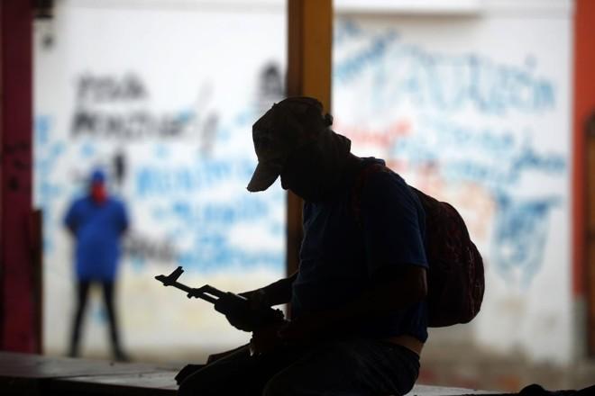 Paramilitar nicaraguense manuseia sua arma | MARVIN RECINOS/AFP