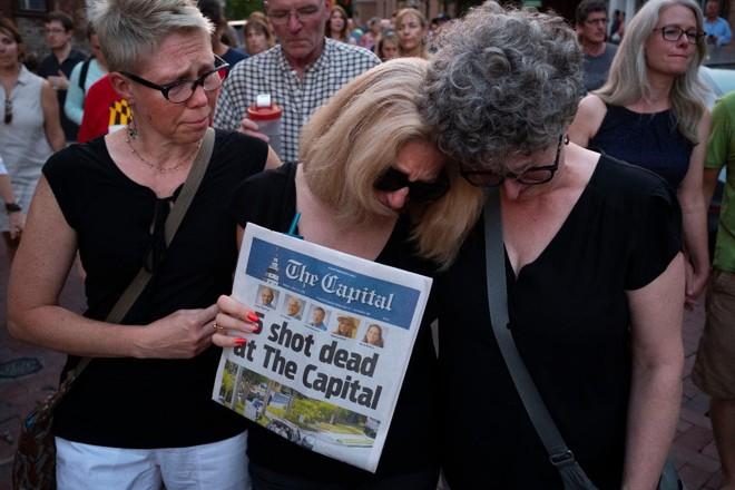 Amigos e familiares das vítimas do ataque ao jornal Capital Gazette, de Annapolis (EUA), marcharam pelo centro da cidade durante vigilia, em 29 de junho | Calla Kessler/The Washington Post