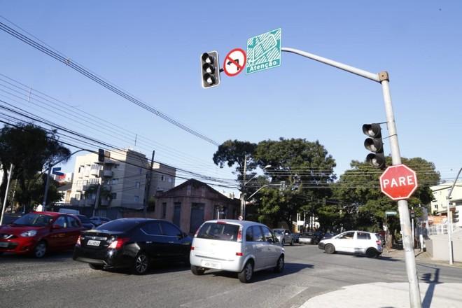 O cruzamento da Avenida dos Estados com a Rua Santa Catarina está com o semáforo desligado desde a última sexta-feira (29) | Aniele Nascimento/Gazeta do Povo