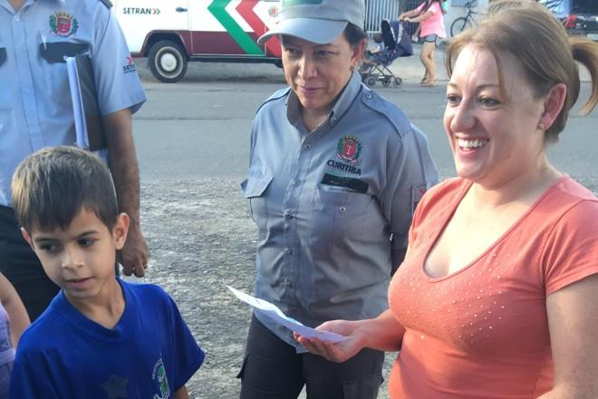 As crianças produziram flyers e saíram pelo bairro, acompanhadas dos professores, para alertar sobre os problemas de saúde que poderiam ser trazidos pelos alagamentos |
