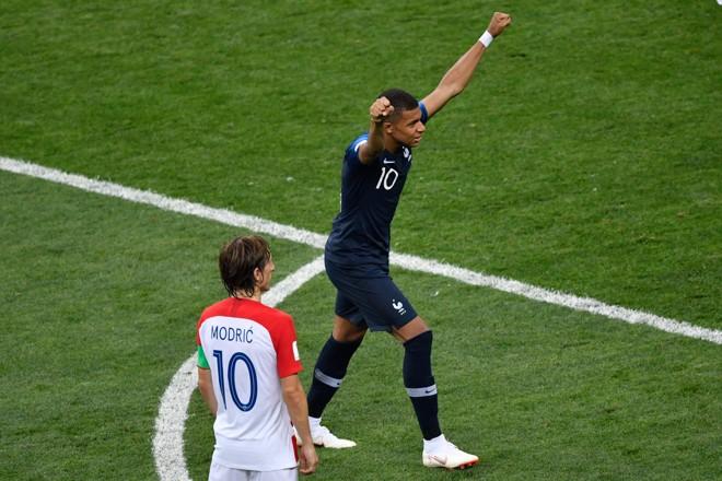 Kylian Mbappe festeja conquista sob o olhar do craque croata Luka Modric. | ALEXANDER NEMENOV/AFP