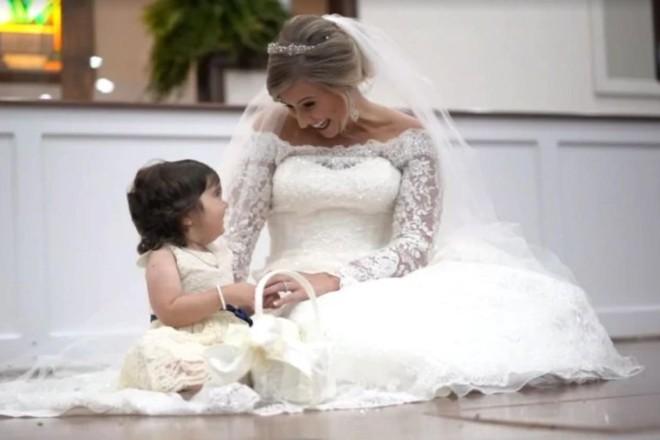 Skye Savren-McCormick, 3 anos, foi a daminha de honra do casamento de Hayden Ryals, que doou a medula óssea para Skye em 2016 para ajudá-la a combater a leucemia. | Patrick Martin — Washington Post