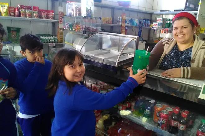Estudantes da Escola Municipal Nazira Borges entregaram o item aos comércios da região e prometem voltar para fiscalizar a ação |