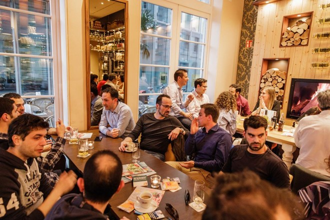 Clube de engenheiros gregos expatriados, em Düsseldorf, na Alemanha, recebe recém-chegados do país mediterrâneo. Cidade alemã está se tornando uma pequena Atenas | FELIX BRUGGEMANN/NYT