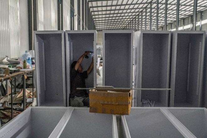 Trabalhador em uma linha de produção de geladeiras, em Xingfu, na China. Empresas do setor ignoraram a proibição mundial de usar o gás CFC-11 | GILLES SABRIE/NYT